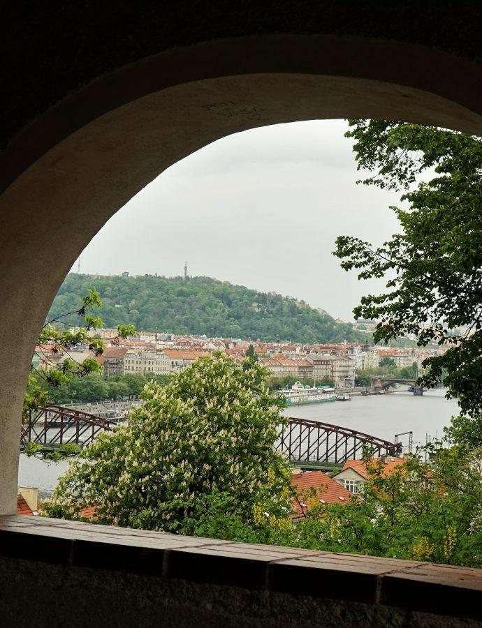 Czy wieża Eiffla ma siostrę bliźniaczkę? – czyli o wzgórzu Petřín deszczową porą