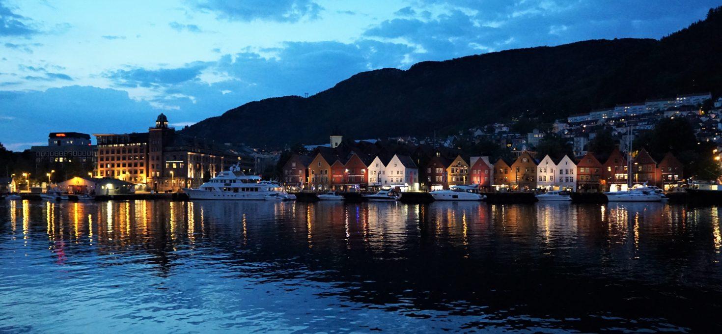 """Nasiedmiu wzgórzach piętrzy się… Bergen – czyli onajsławniejszym mieście Norwegii<h4><img src=""""http://nastepnyprzystanek.pl/wp-content/uploads/2021/01/Kalendarz-ikona.png"""" style=""""width: 30px""""> lipiec 2019</h4>"""